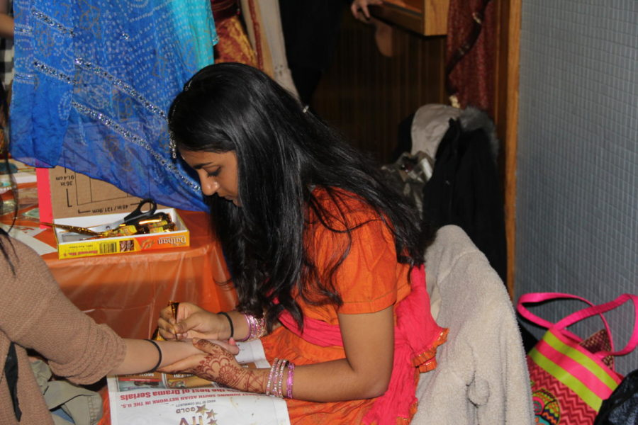 Fully+Accessorized%3A+Senior+Anushka+Desai+offers+henna+tattoos+at+the+booth+for+India.+Desai+said%2C+%E2%80%9CAlthough+tiring%2C+%5Bit%5D+allowed+us+to+show+the+beauty+of+our+culture.%E2%80%9D+
