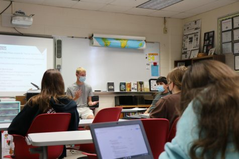 MHS alum Ben Szalinski talks to student journalists about his new experiences in becoming a journalist as a guest speaker in an A-wing classroom on Oct. 1.